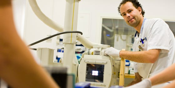 Radiologisch laborant positioneert de apparatuur