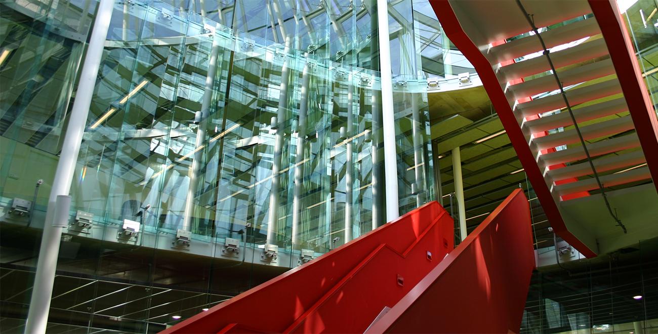 Rode trappen in het onderwijsgebouw